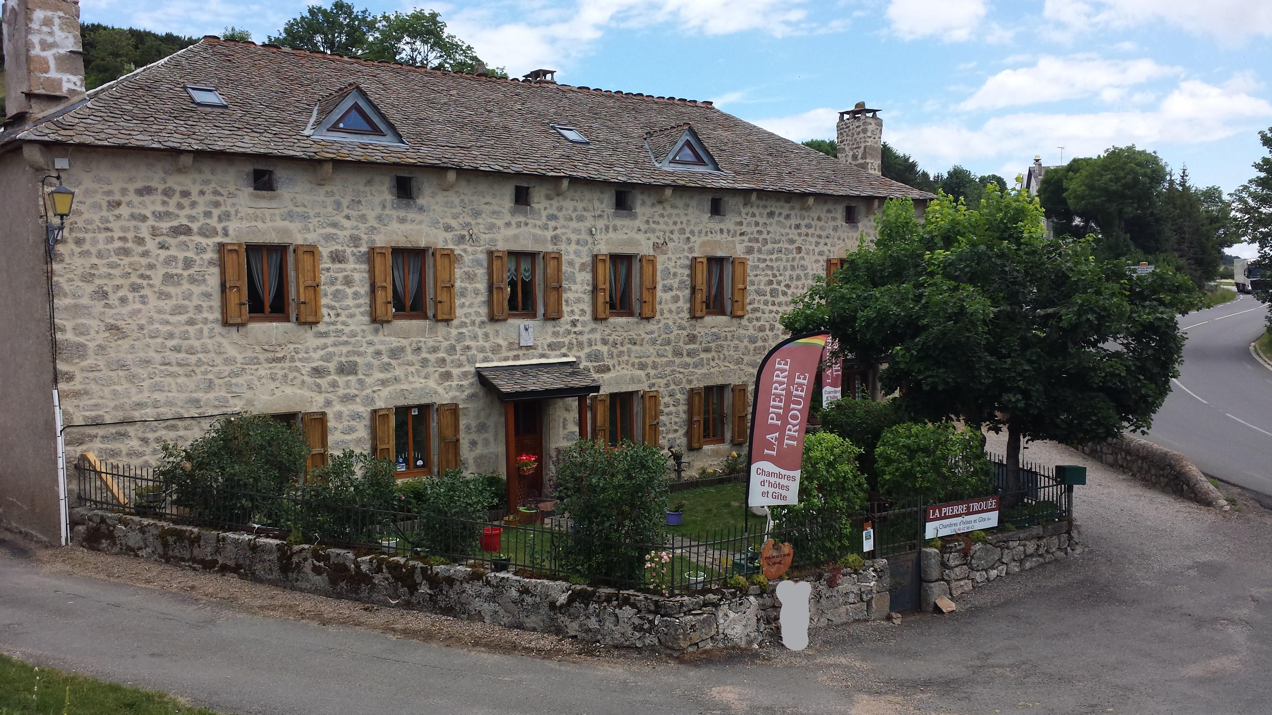 Maison d 39 h tes la pierre trou e chateauneuf de randon for Maison la pierre